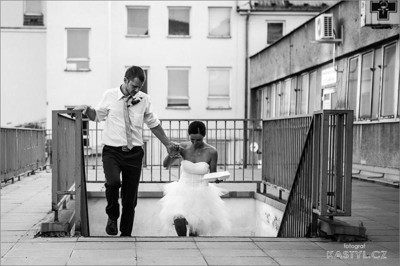 Nevěsta z ženichem jdou po schodech.