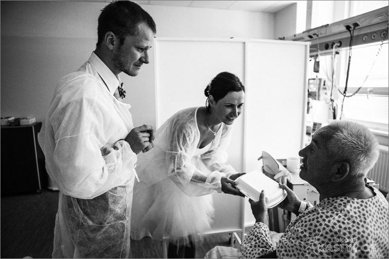 Nevěsta s ženichem jsou na návštěvě v nemocnici. na JIP.