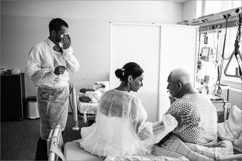 Ženich si dojatě utíra slzy v nemocnici.