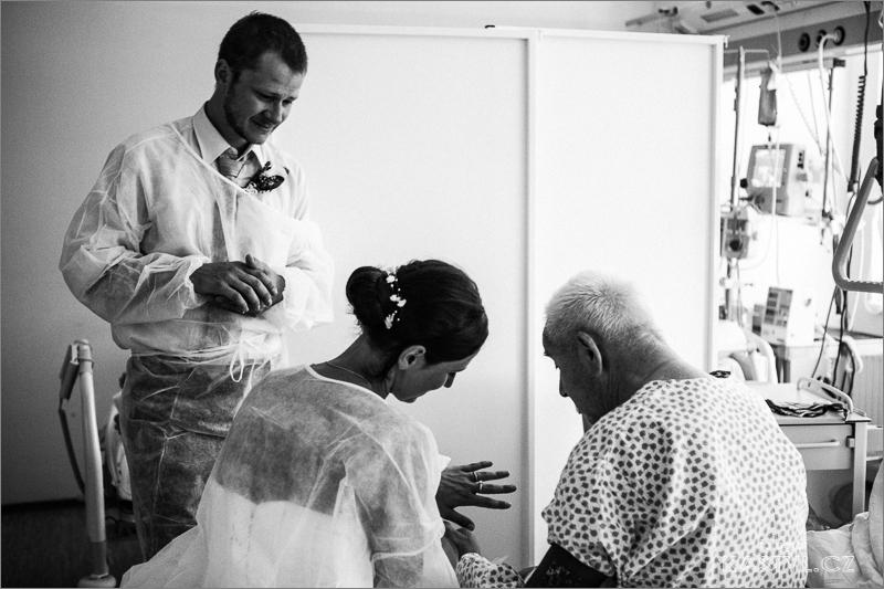 Nevěsta ukazuje svému dědečkovy, který je v nemocnici prstýnek.