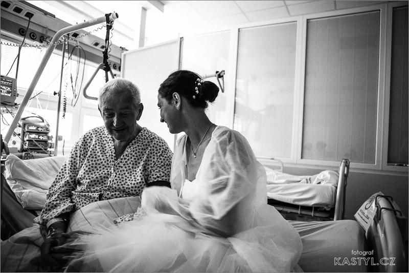 Nevěsta s dědečkem v nemocnici.